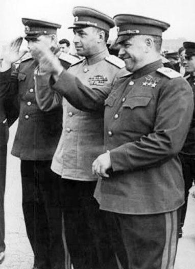 Маршал Советского Союза Г.К. Жуков, генерал армии А.И. Антонов и маршал авиации Ф.Я. Фалалеев (справа налево). 1945 г.