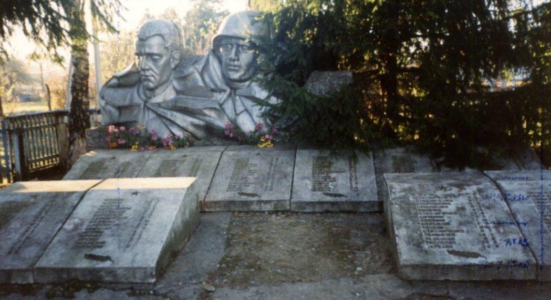 ст-ца. Чернореченская Лабинского р-на. Памятник землякам, установленный на углу улиц Советской и Ленина.