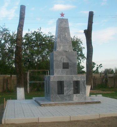 п. Комсомольский Белореченского р-на. Памятник землякам по улице Яровой 21б.