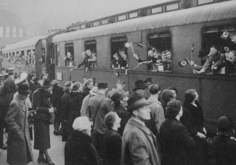 Берлинцы провожают детей, уезжающих в эвакуацию в сельскую местность на Ангальтском вокзале. 8 октября 1940 г.