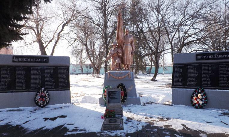 х. Белый Ленинградского р-на. Памятник по улице Горького 234, установленный на братской могиле советских воинов, погибших в боях с фашистскими захватчиками.