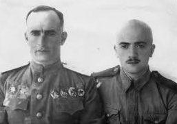 Командующий войсками 18-й армии генерал-лейтенант К. Н. Леселидзе с сыном Отаром. 1942 г.