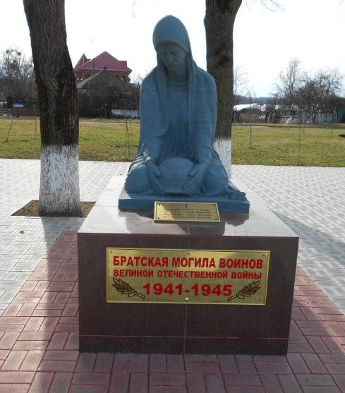 х. Кубанский Белореченского р-на. Памятник по улице Школьной, установленный на братской могиле советских летчиков и воинов.