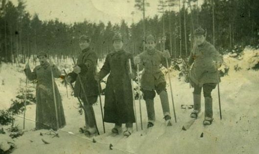Командующий 18-й армией К. Н. Леселидзе с командующим артиллерией армии Г. С. Кариофилли (слева) и начальником штаба армии Н. О. Павловским. 1943 г.
