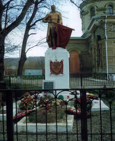 ст-ца. Ставропольская Северского р-на. Памятник по улице Мира, установленный на братской могиле, в которой похоронено 42 советских воина.