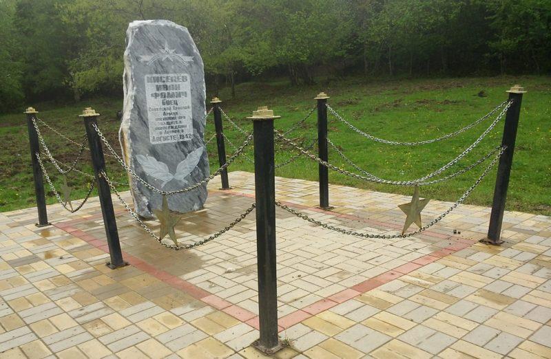 п. Лесной Белореченского р-на. Памятник по улице Лесной, установленный на могиле советского воина Киселева.