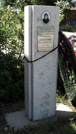 г. Краснодар. Памятник, установленный по улице Ярославского лётчику-истребителю, дважды Герою Советского Союза Б.Ф. Сафонову.