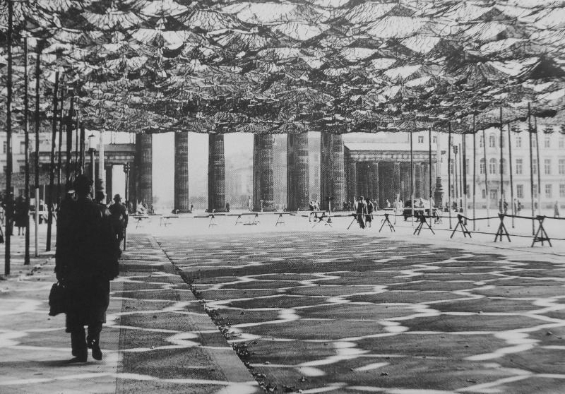 Маскировочная сеть перед Бранденбургскими воротами в Берлине. 1941 г.