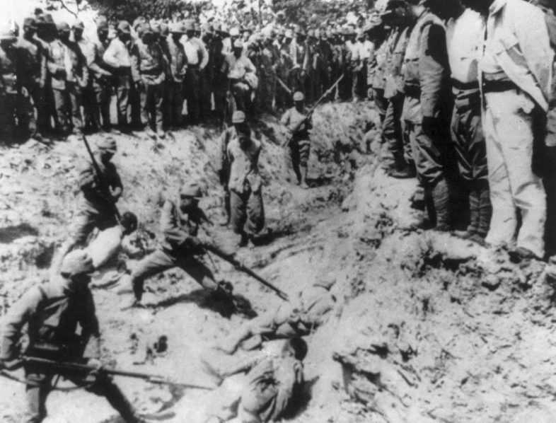 Японские солдаты закалывают штыками китайских пленных. Декабрь 1937 г.