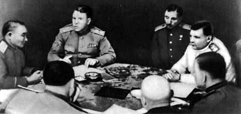 X. Чойбалсан, А. М. Василевский, И. А. Плиев, Р. Я. Малиновский на совещании. Сентябрь 1945 г.