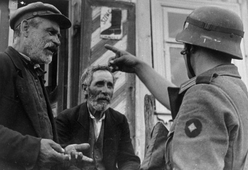 Литовские евреи и солдат Вермахта. 24 июня 1941 г.