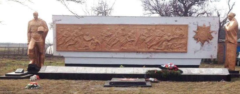 х. Греки Калининского р-на. Памятник по улице Мира 5, установленный на братской могиле советских воинов.
