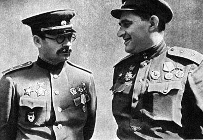 П.А. Ротмистров (слева) и А.С. Жадов, район Прохоровки. Июль 1943 г.