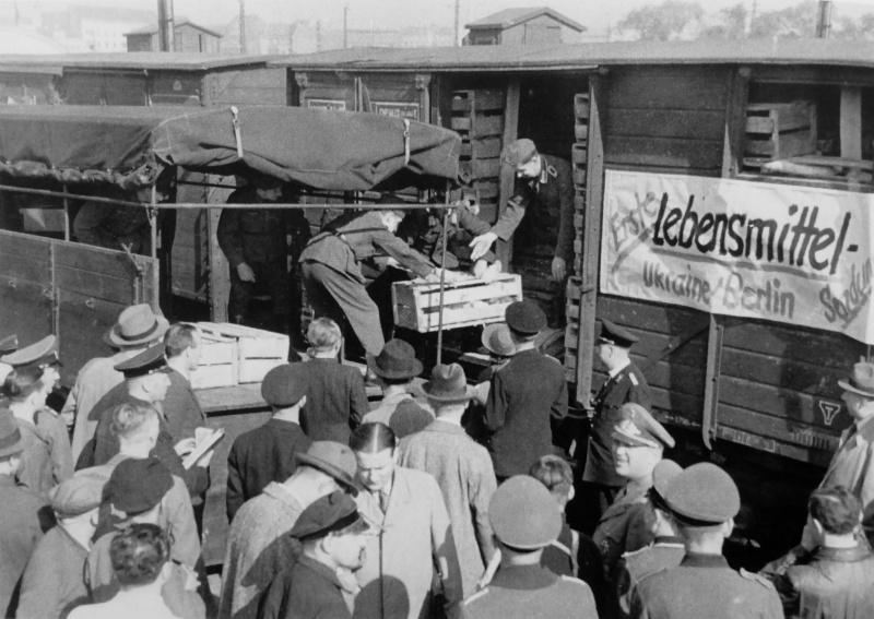 Выгрузка продуктов, доставленных из Украины в Берлин. 1941 г.