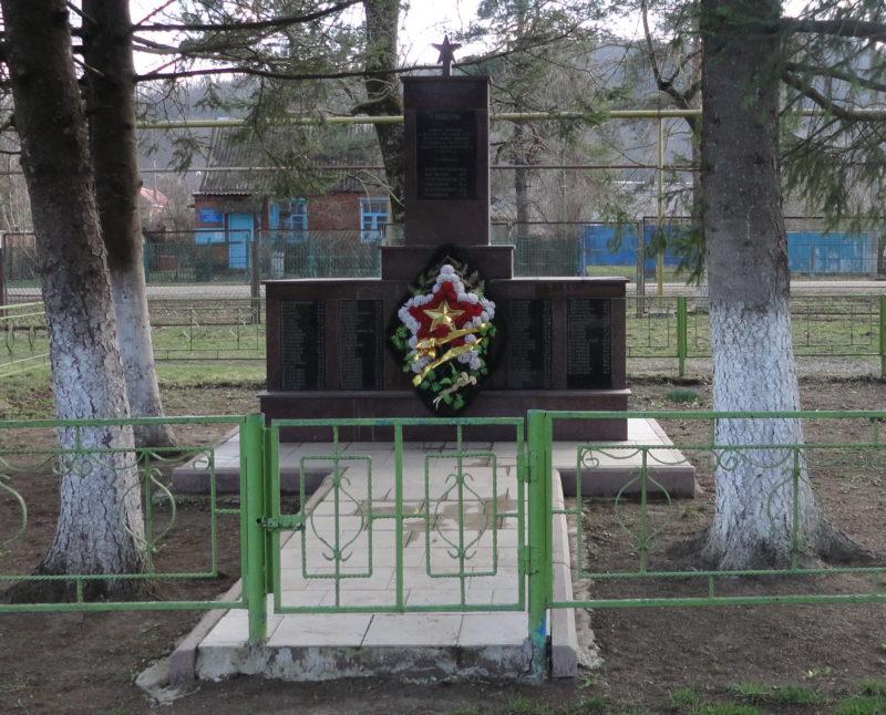 ст-ца. Убинская Северского р-на. Памятник, установленный на братской могиле, в которой похоронено 27 советских воинов.