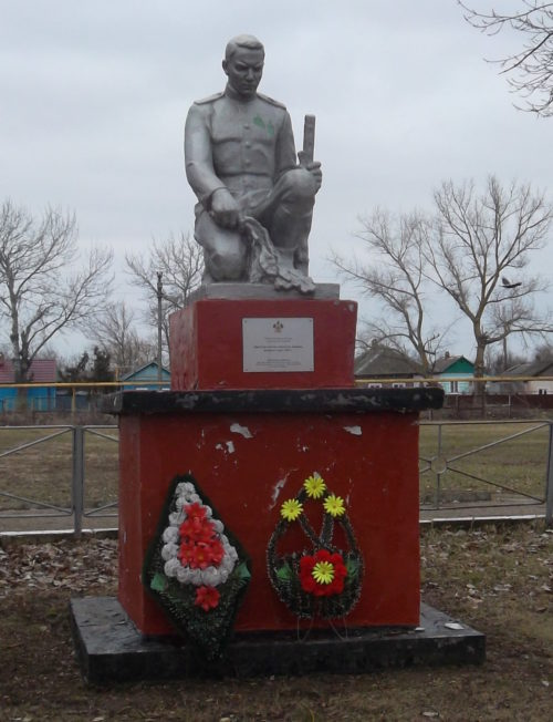 ст-ца. Гривенская Калининского р-на. Памятники по улице Советской 20, установленные на братских могилах советских воинов.