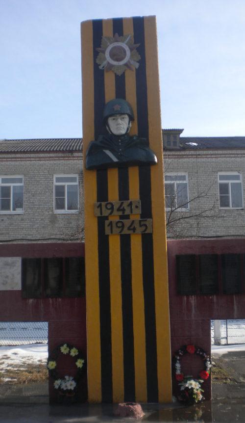 с. Новоалексеевское Белореченского р-на. Памятник землякам, установленный на улице Красной 21.
