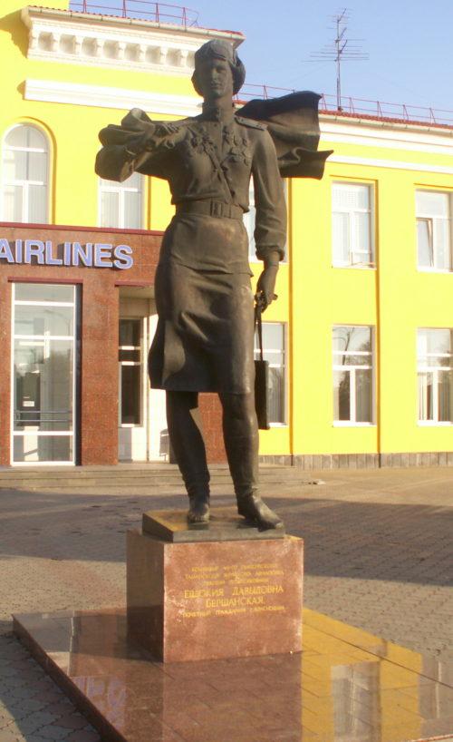 г. Краснодар. Памятник, установленный в 1988 году командиру 46-го гвардейского Таманского женского авиаполка Е. Д. Бершанской. Скульптор - А.А.Аполлонов.
