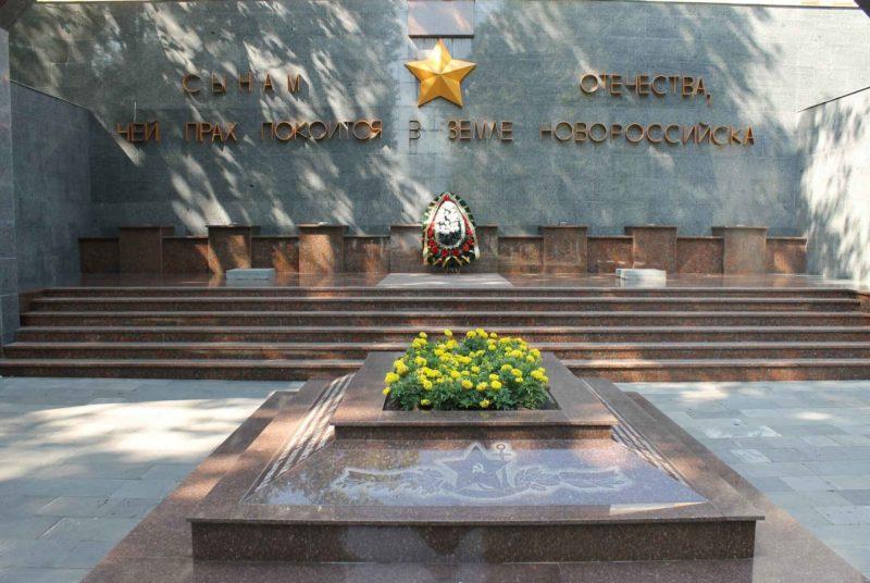 Мемориальная стена «Сынам Отечества, чей прах покоится в земле Новороссийска».