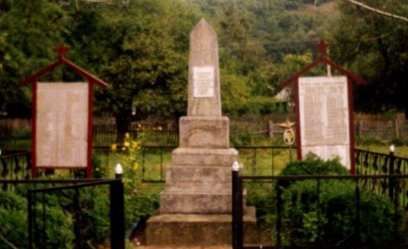 с. Шабановское Северского р-на. Памятник по улице Кирова 46, установленный на братской могиле, в которой похоронено 4 советских воина.