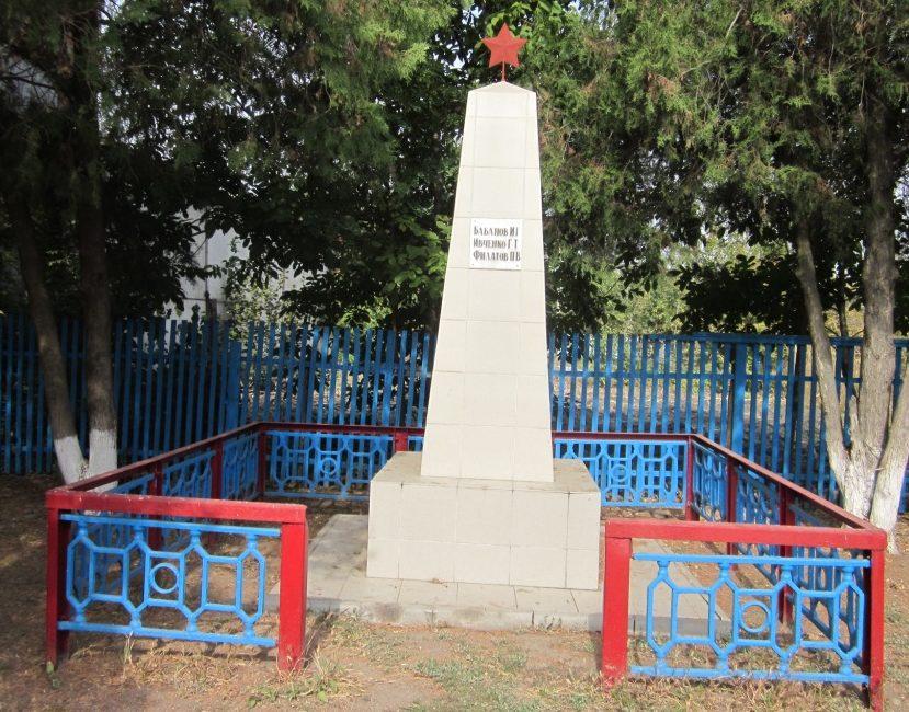 ст-ца. Крыловская Ленинградского р-на. Памятник по улице Юбилейной 6, установленный на братской могиле советских воинов.