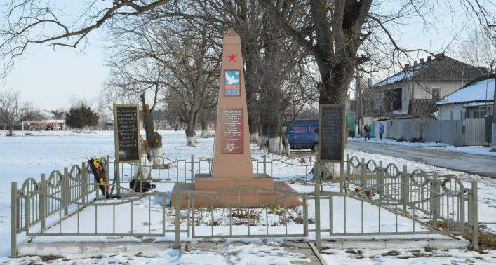 п. Новый Белореченского р-на. Памятник по улице Есенина 18, установленный на братской могиле советских воинов.