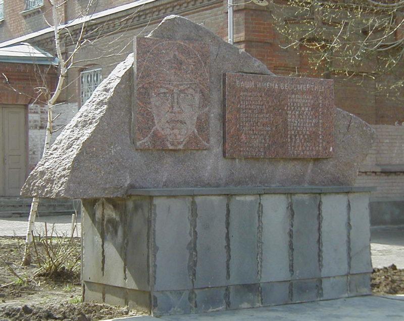 г. Краснодар. Памятник по Железнодорожной улице 8 в честь воинов-учителей и учащихся, погибших в годы войны.