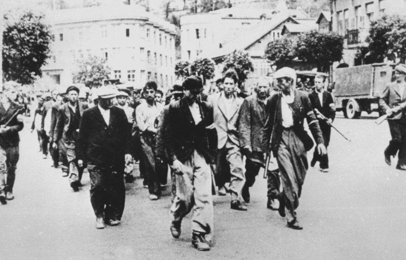 Литовские «белоповязочники» конвоируют евреев. Каунас, 25 июня 1941 г.