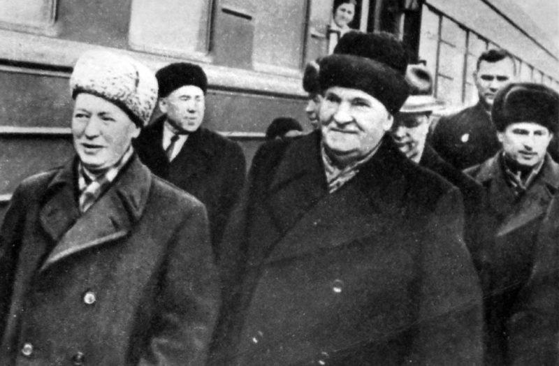 Михаил Шолохов и Михаил Лукин на Ростовском вокзале. 1964 г.