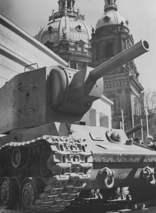 Танк КВ-2 на пропагандистской выставке «Советский рай» у Берлинского кафедрального собора. Июль 1942 г.