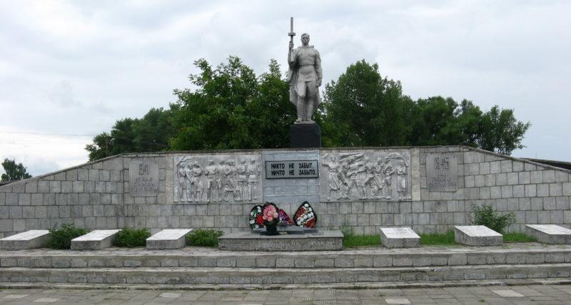 х. Бараниковский Славянского р-на. Памятник землякам и братская могила, в которой похоронено 83 советских воина, погибших в годы войны.