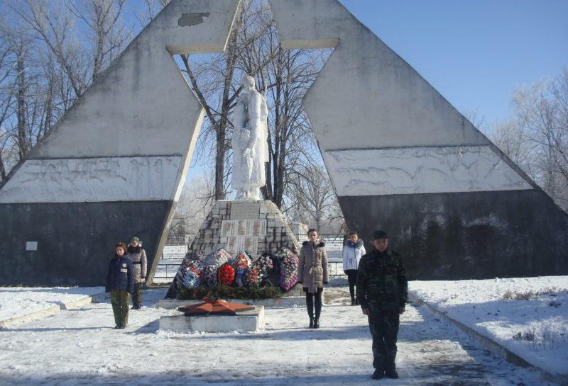 ст-ца. Калининская. Памятник по улице Красной 21, установленный на братской могиле советских воинов.