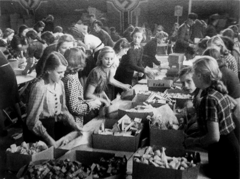 Девочки упаковывают подарки для солдат на фронт. Ноябрь 1942 г.