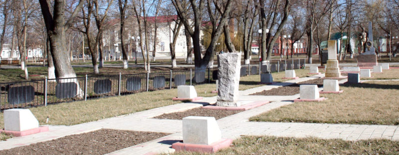 ст-ца. Калининская. Мемориал по улице Ленина 144а, установленный у братских могил, в которых похоронено 59 советских воинов.