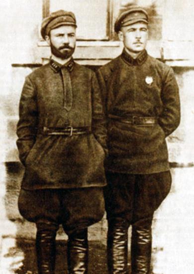 Леонид Говоров (справа) и комиссар полка Петр Брикульс 51-й Перекопской стрелковой дивизии. Одесса, 1925 г.