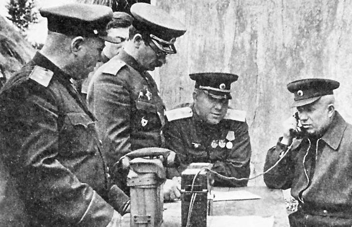 Н.С. Хрущев, А.Д. Штевнев (в центре), П.А. Ротмистров (третий справа), В.Н. Баскаков (второй слева) и И.Р. Апанасенко. Прохоровка. 10 июля 1943 г.