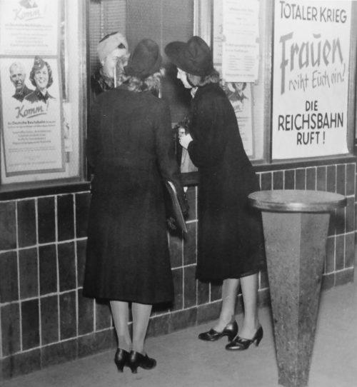 Пункт вербовки персонала железной дороги на одном из берлинских вокзалов. Февраль 1943 г.
