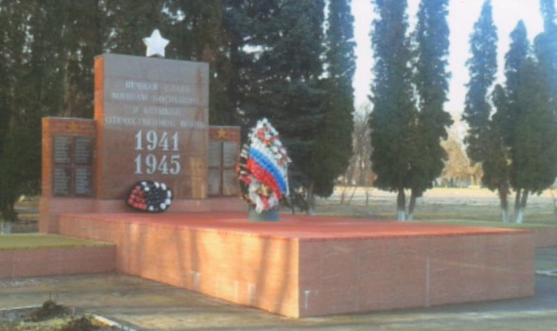 п. Образцовый Ленинградского р-на. Памятник по улице Октябрьской в честь советских воинов, погибших в боях с фашистскими захватчиками.