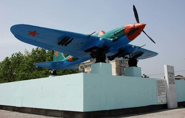 г. Новороссийск. Самолет-памятник ИЛ-2, установленный в честь советских летчиков.