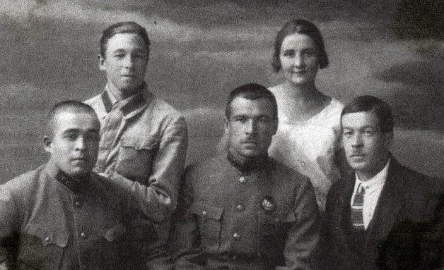 Братья Говоровы. Нижний ряд (слева направо): Михаил, Леонид, Николай. Верхний ряд: Владимир и жена Леонида - Лидия. Одесса, 1926 г.