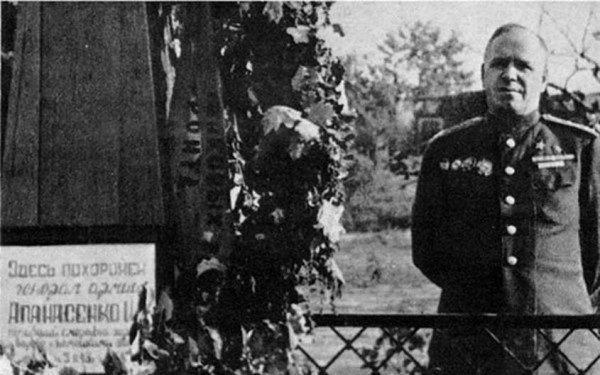 Могила генерала Апанасенко в Белгороде. 1943 г.