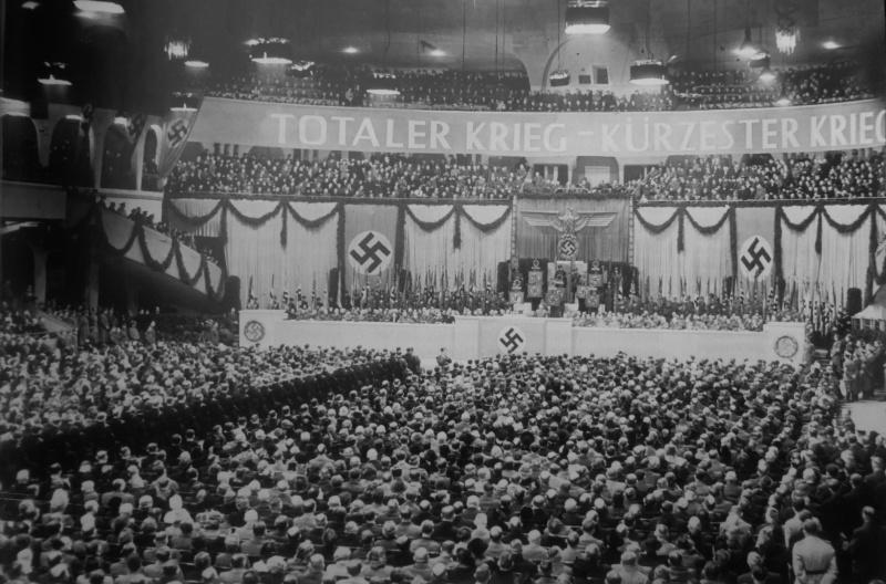 Берлинский дворец спорта во время речи Йозефа Геббельса о тотальной войне. 18 февраля 1943 г.