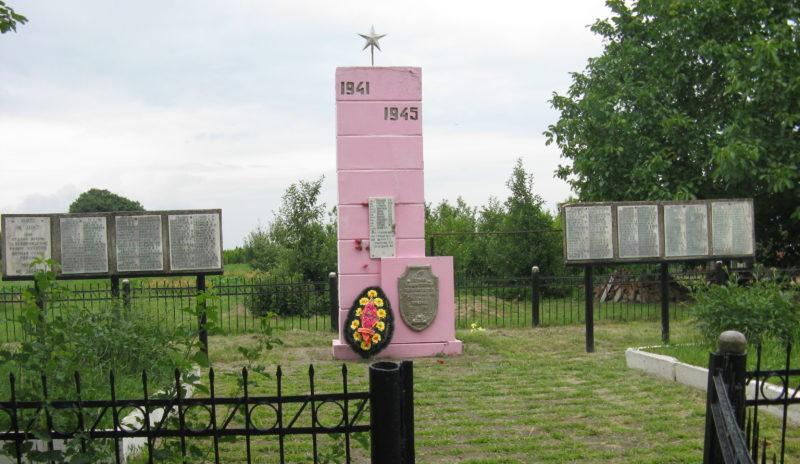 х. Губернаторский Славянского р-на ул. Памятник по улице Победы 13/1, установленный на братской могиле, в которой похоронен 261 советский воин.