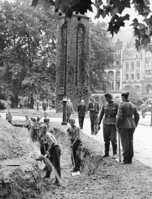 Рытье траншей в Берлине. Август 1943 г.