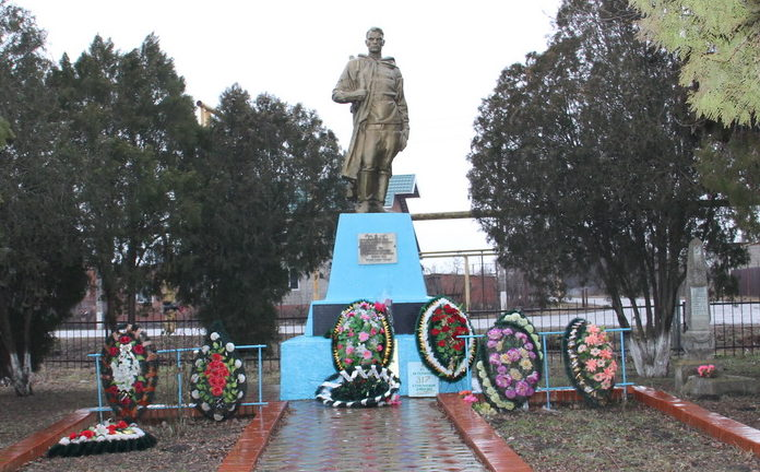 х. Лебеди Калининского р-на. Памятник по улице Мира 21, установленный на братской могиле советских воинов.