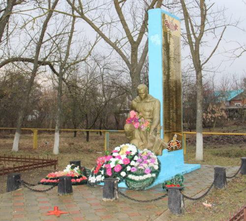 х. Лебеди Калининского р-на. Памятник погибшим землякам, установленный на улице Мира 23.