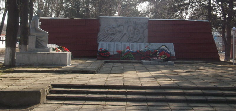 п. Забойский Славянского р-на. Памятник по улице Красной 124а, установленный на братской могиле, в которой похоронено 8 советских воинов, погибших в боях с фашистскими захватчиками.