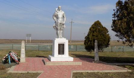 ст-ца. Новониколаевская Калининского р-на. Памятник по улице Ленина, установленный на братской могиле, в которой похоронен 181 советский воин.
