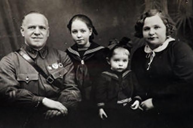 Георгий Жуков с женой Александрой Зуйковой и дочерьми. 1939 г.