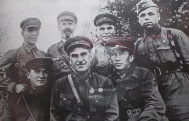 Людников среди командования 138-й дивизии. 1942 г.